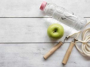 ябълка, бутилка вода