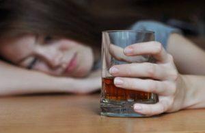 жене, чаша алкохол