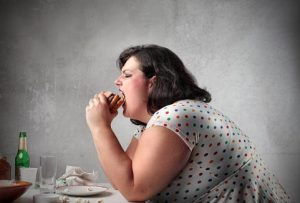 пълна жена хамбургер преяждане