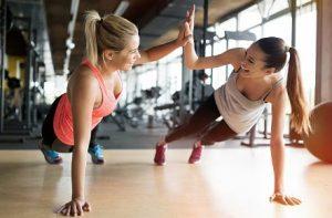 жени спортуват лицеви опори