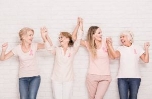 4 жени хванати за ръце