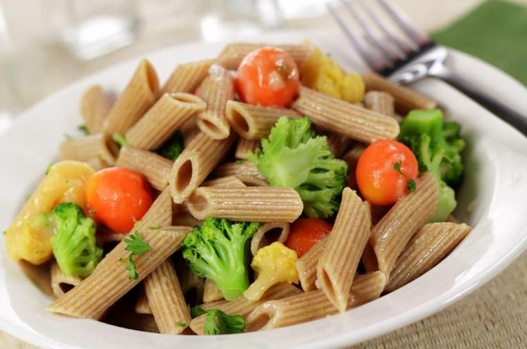 Пълнозърнестата паста със зеленчуци
