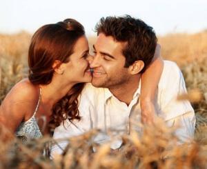 мъж и жена се целуват в житата, Билки за Сексуално Блаженство, Потентност и Плодовитост