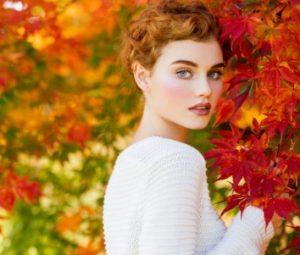 шарени есенни листа и жена с къса коса