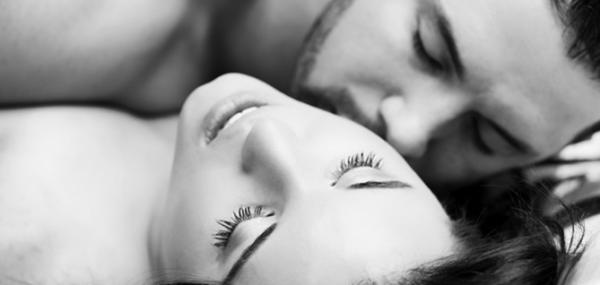 Мъж и Жена се целуват