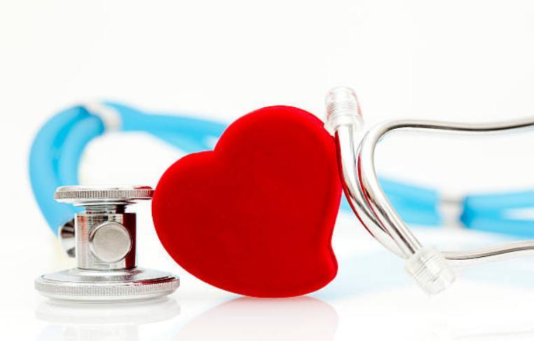 сърце и стетоскоп за измерване на кръвното налягане