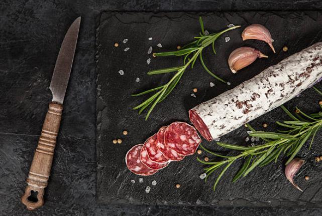 колбас нарязан нож до него чесън и
