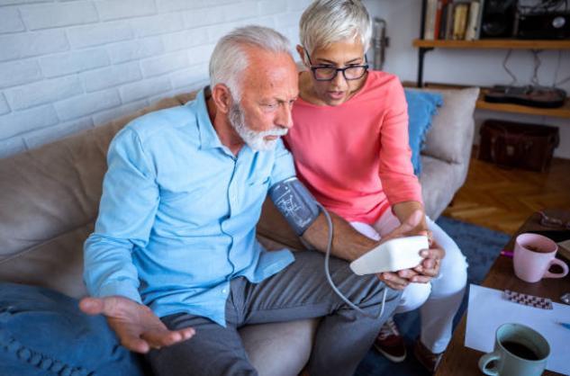 Възрастна двойка и апарат за кръвно