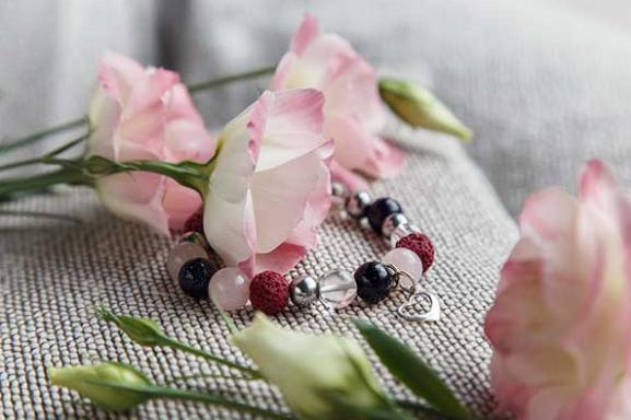 Magic of Love гривна и цветя