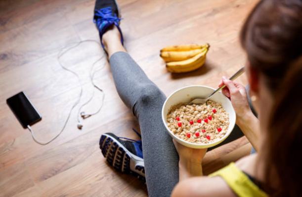 Банани, момиче и зърнена закуска, без диета