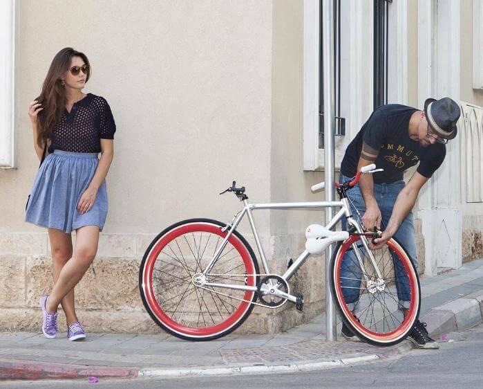 Мъж, жена и колело
