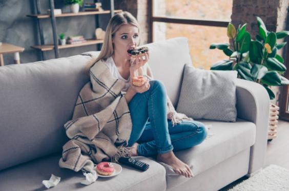 момиче на диван