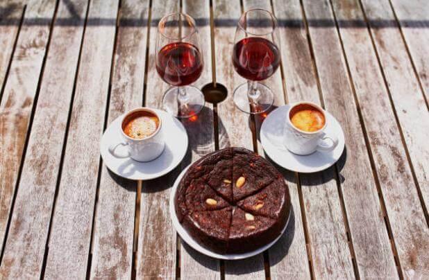 Чаши с кафе и вино, сладкиш