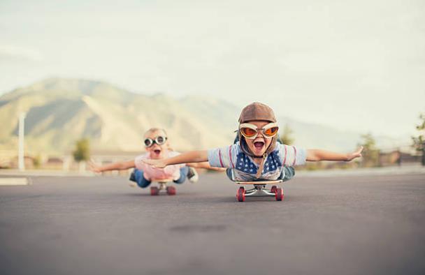 щастливи деца, които си играят
