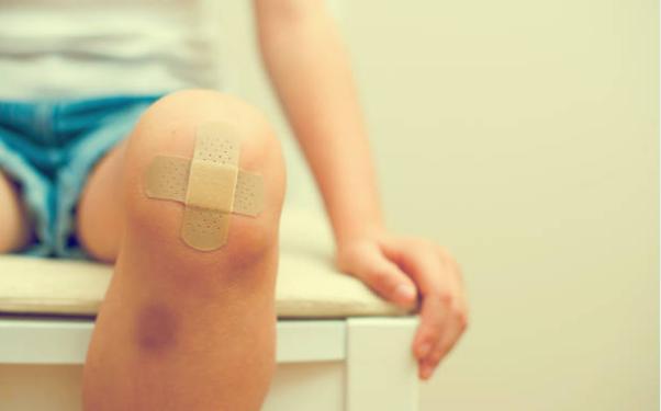 коляно със синини и лепенка