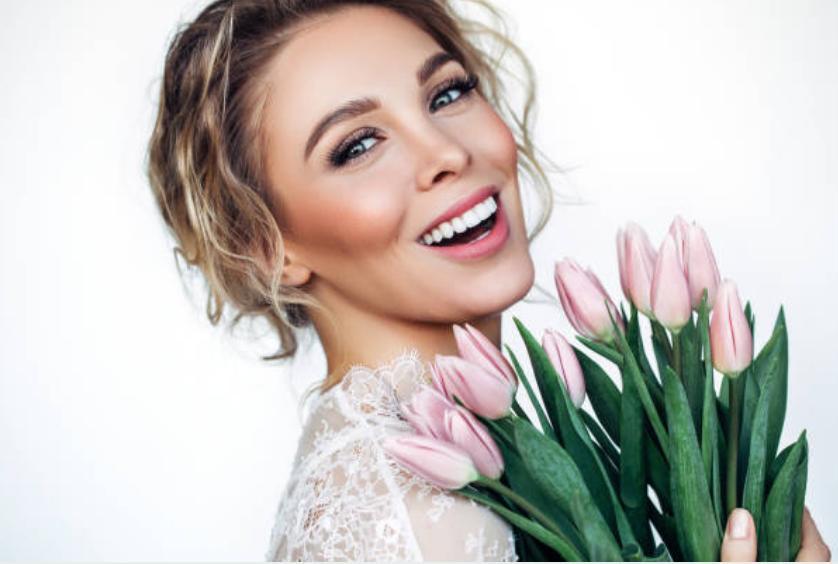 Усмихната жена с цветя