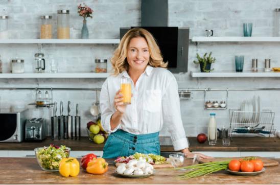 жена в кухня със сок