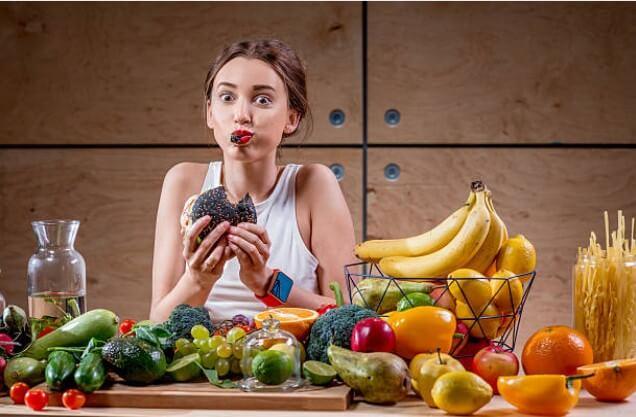 момиче с плодове