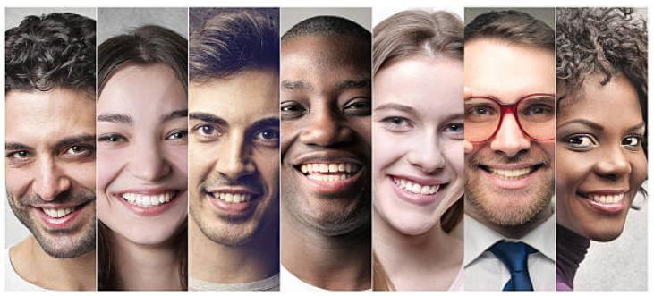 доволни и усмихнати мъже и жени