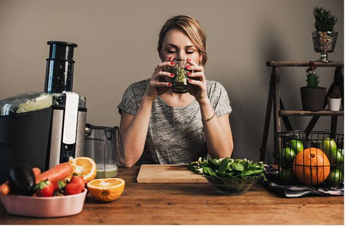 жена пие сок