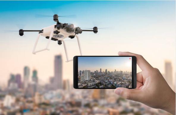 мобилен телефон, дрон над град