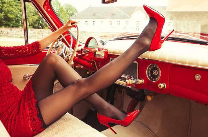 дамски чорапогащник, жена в кола, червени токчета