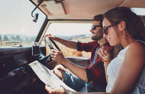 мъж и жена в кола