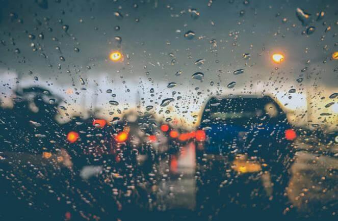 капки дъжд по стъкло на кола