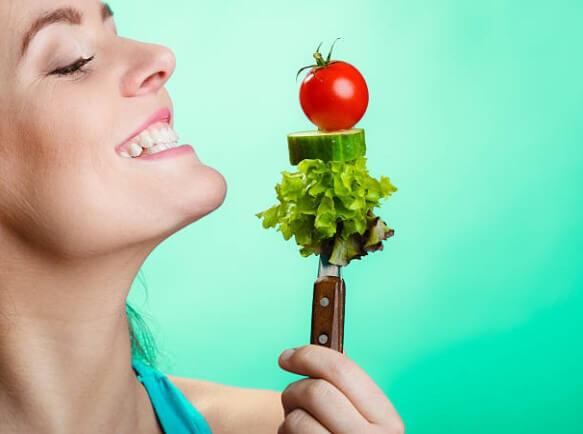 момиче с краставица и домат