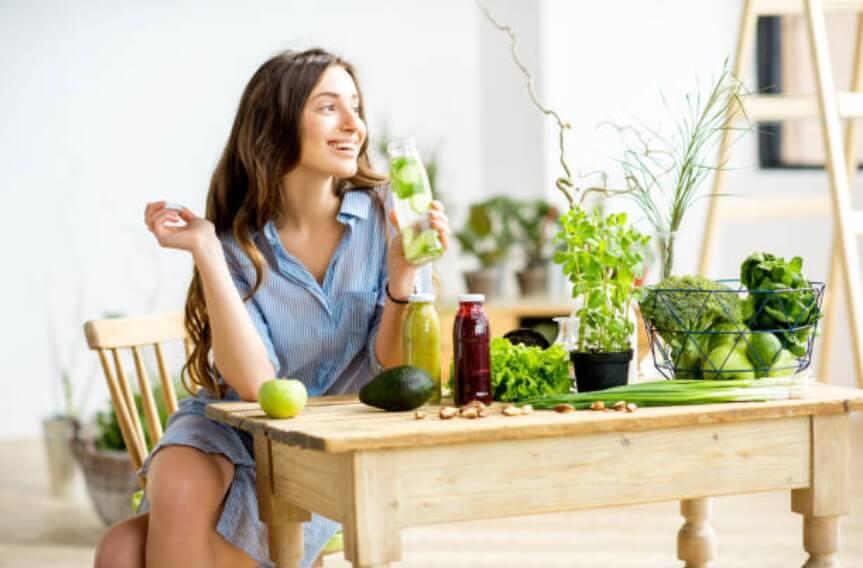 момиче, което пие вода, зелени зеленчуци за детокс