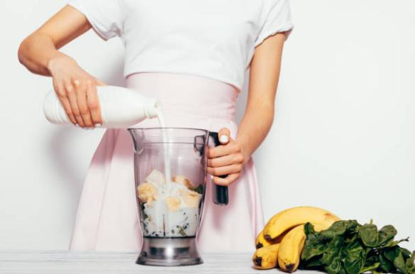 жена, блендер PowerBullet, мляко и плодове