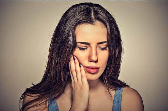момиче с болки в зъбите