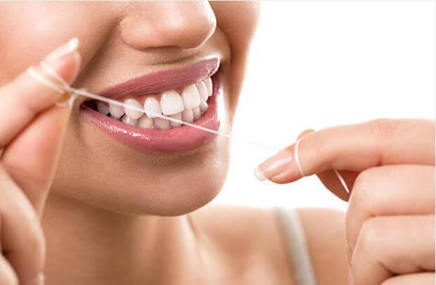 момиче с усмивка, бели зъби и конец