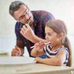 баша и дъщеря си мият зъбите