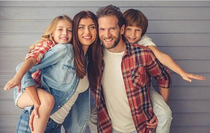семейство със здрави зъби и красиви  усмивки
