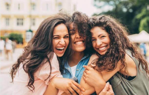 три усмихнати момичета