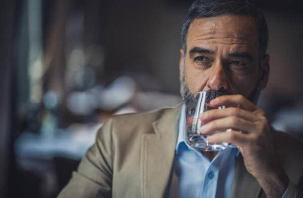 мъж, който пие вода