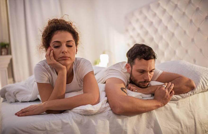 тъжна двойка в легло