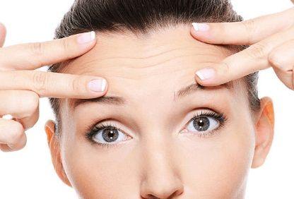 жена с бръчки на челото