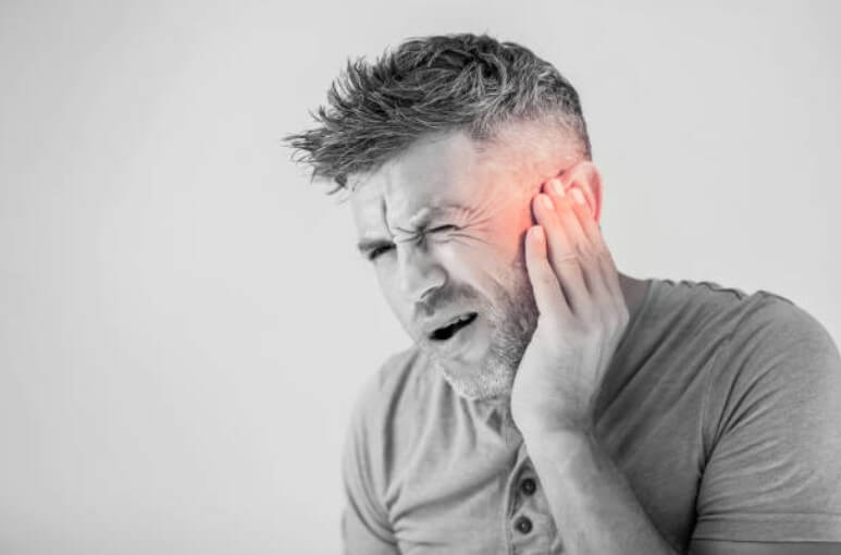 мъж с болки в ухото