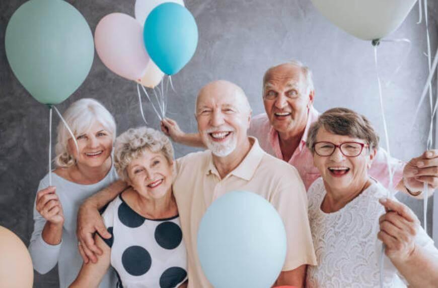 възрастни хора с балони