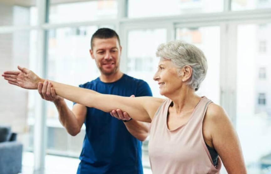 мъж и жена правят упражнения за стави