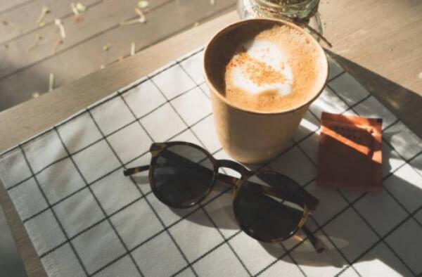 кафе, слънчеви очила