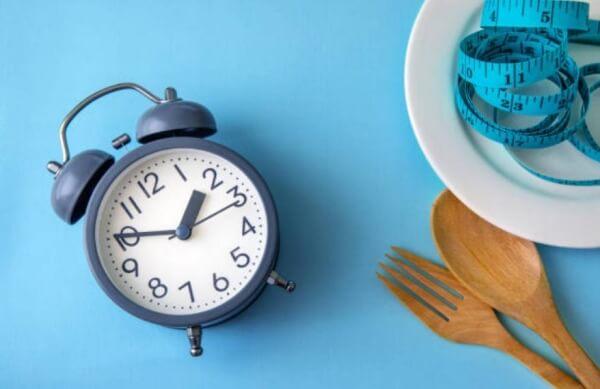 часовник, сантиметър, прибори