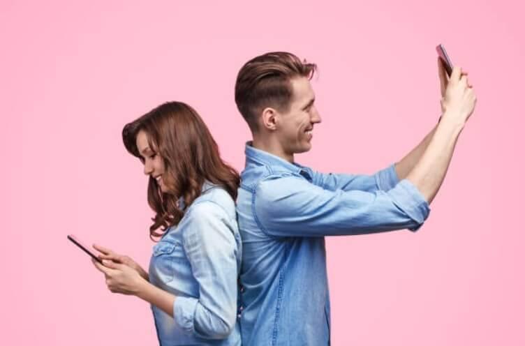 мъж и жена с телефони