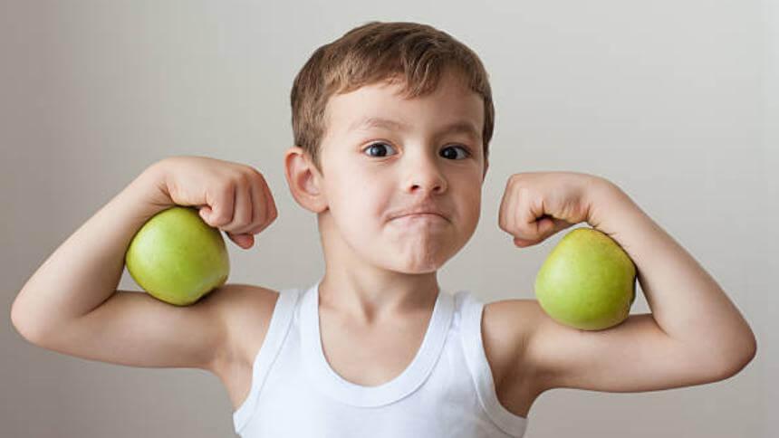 момче с ябълки