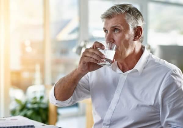 мъж пие вода