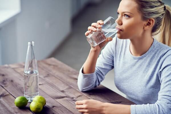 жена пие вода