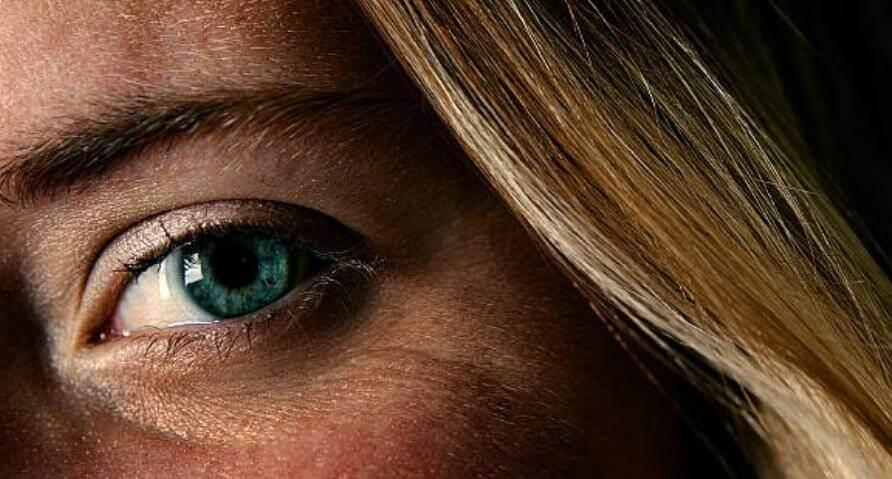 женско око и коса