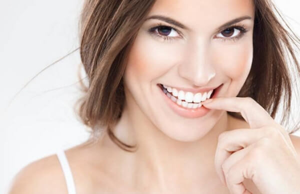 жена с бели зъби